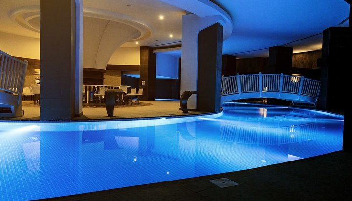 H tel wome deluxe piscine int rieure 2 for Prix piscine interieur