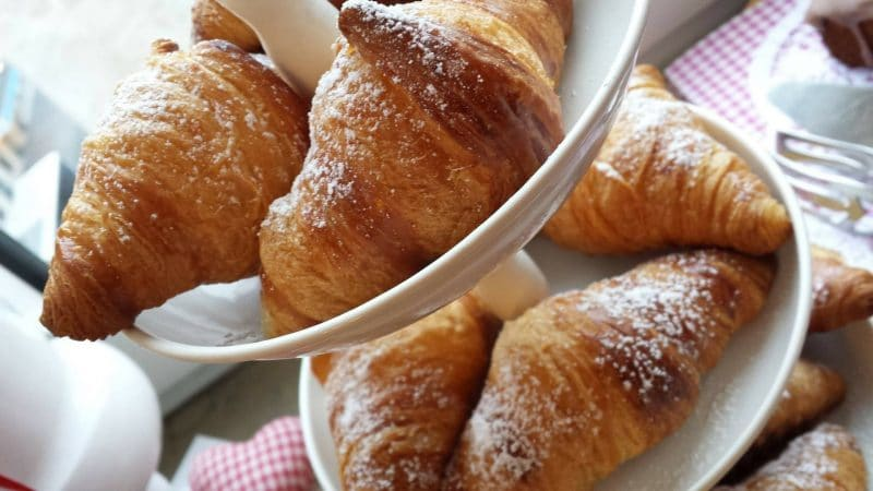 petit déjeuner parisien croissant